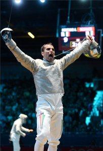 Szilágyi Áron ünnepel, miután győzött az olasz Diego Occhiuzzi ellen, és aranyérmet nyert a 2012-es londoni nyári olimpia férfi kard egyéni versenyének döntőjében 2012. július 29-én