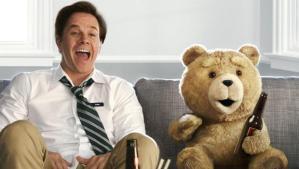 Mark Wahlberg amerikai színész és Ted, az életre kelt játékmackó a Ted című film egyik jelenetében