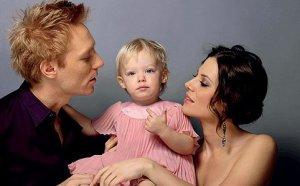Bereczki Zoltán és Szinetár Dóra színművészek 2007-ben született kislányukkal, Zora Veronikával
