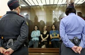 A Pussy Riot orosz punkegytüttes tagjai várják perük ítélethirdetésére egy moszkvai bíróságon 2012. augusztus 17-én
