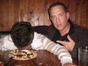 Tom Hanks Oscar-díjas amerikai színész rajongóval fényképezkedik (2012 augusztus)