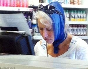 Helen Mirren Oscar-díjas brit színésznő vásárol egy Los Angeles-i üzletben 2012. szeptember 17-én (Forrás: Daily Mail)