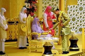 Hassanal Bolkiah brunei szultán és 32 éves lánya, Hajah Hafizah Sururul Bolkiah a hercegnő esküvőjén Bandar Seri Begawanban 2012. szeptember 23-án