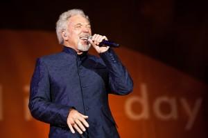 Tom Jones walesi énekes énekel a londoni Hyde Parkban tartott koncerten 2012. szeptember 9-én