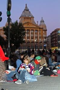 A 2. Add Tovább Könyvolvasó Villámcsődület a budapesti Deák-téren 2012. október 19-én (Fotó: Fabricius Anna)