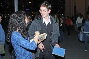 Résztvevők vagyunk mindketten - A 2. Add Tovább Könyvolvasó Villámcsődületen a budapesti Deák-téren 2012. október 19-én (Fotó: Fabricius Anna)