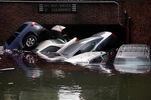 Autók víz alatt New Yorkban 2012. november 1-jén, miután a Sandy hurrikán végigsöpört a térségben.