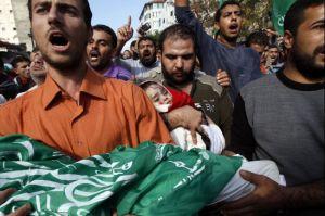 Palesztin férfiak holtestet visznek Gázában 2012. november 19-én, miután újabb izraeli légicsapás érte a régiót