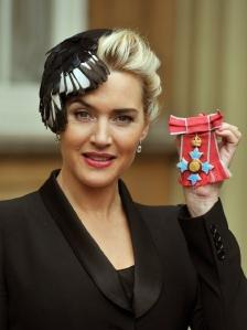 Kate Winslet brit színésznő a Brit Birodalom Érdemrendjének parancsnoki fokozatával Buckingham-palotában 2012. november 21-én