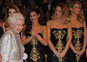 II. Erzsébet brit királynő a Girls Aloud brit együttes tagjaival a Royal Variety Performance gálaesten Londonban 2012. november 19-én