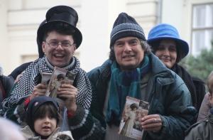 Laár András humorista és Zemlényi Zoltán író a Tenzi naplója című kötettel kezében a budapesti Deák téren tartott flashmobon 2012. november 24-én