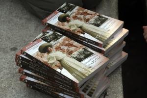 Zemlényi Zoltán most megjelent, Tenzi naplója című kötete a budapesti Deák téren tartott flashmobon 2012. november 24-én (Fotó: Mészáros Márton)