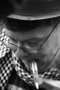 Zemlényi-Kovács Zoltán dedikálja a Tenzi naplója című kötetét a budapesti Deák-téren tartott flashmobon 2012. november 24-én (Fotó: Mészáros Márton)