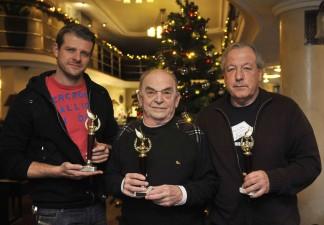 Kamarás Iván, Bodrogi Gyula színművészek és Vámos Miklós író kezükben az Arany Medál-díjjal Budapesten 2012. december 11-én