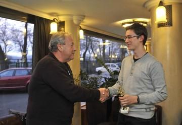 Vámos Miklós író átveszi tőlem az Arany Medál-díjat Budapesten 2012. december 11-én