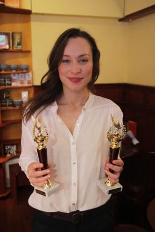 Hámori Gabriella színésznő kezében az év színésznője elismerésekkel Budán 2012. december 16-án (Fotó: Mészáros Márton)