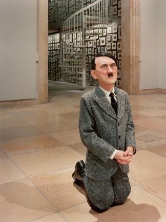 Maurizio Cattelan olasz szobrász Imádkozó Hitler című szobra