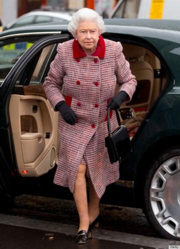 II. Erzsébet brit királynő kiszáll egy gépjárműből Londonban 2012. december 20-án