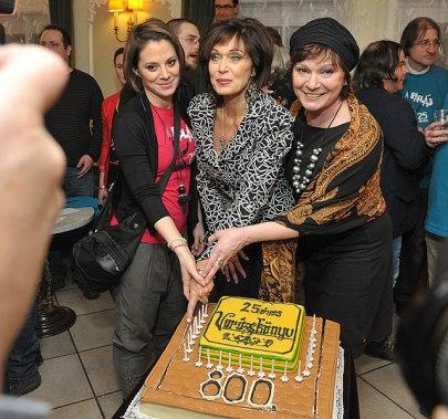 A padlás című előadás 800. előadását ünnepli Szinetár Dóra, Pápai Erika és Igó Éva a Vígszínházban 2013. január 28-án