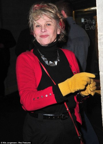 """Julie Christie Oscar-díjas brit színésznő az """"Egy letűnt világ visszhangja: Életmű képekben"""" című kiállításának megnyitóján a londoni Nemzeti Színházban 2013. január 23-án"""
