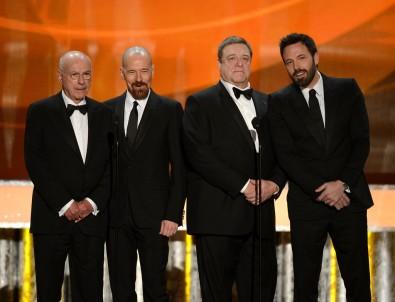 Alan Arkin, Bryan Cranston, Ben Affleck és John Goodman amerikai színészek az Argo-akció című filmjükért a legjobb szereplőgárda díját veszik át az amerikai film- és televíziós színészek céhe, a SAG LosAngeles-i ünnepségén 2013. január 27-én