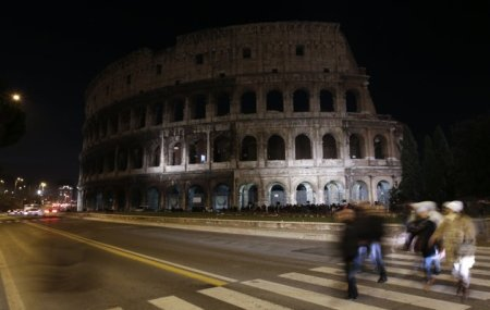 A római Colosseum az antiszemitizmus, az idegengyűlölet és a Jobbik elleni tiltakozásul sötétben 2013. január 27-én
