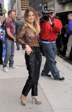 Drew Barrymore amerikai színésznő New York utcáin 2010-ben