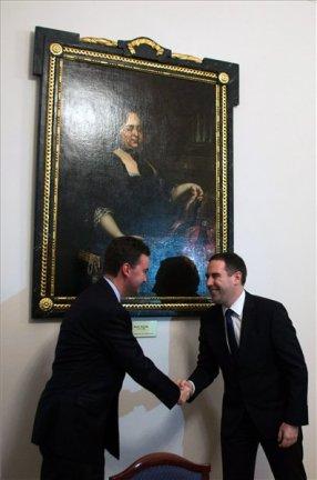 Habsburg György európai uniós nagykövet és Csizi Péter, Pécs alpolgármestere leleplezi a Mária Teréziát ábrázoló festményt a pécsi városházán 2013. január 21-én