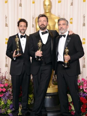 Grant Heslov amerikai producer, Ben Affleck amerikai színész-rendező és George Clooney amerikai színész és producer a legjobb filmért járó díjjal az Oscar-díjak 85. átadási ünnepségén Los Angelesben 2013. február 24-én
