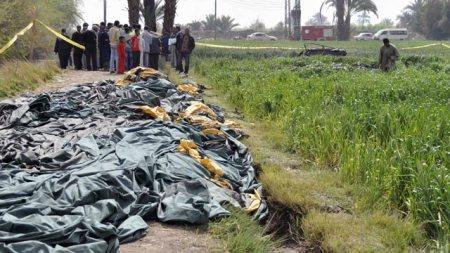 Holttestek feküdnek a hőlégballon-baleset helyszínén az egyiptomi Luxorban 2013. február 26-á