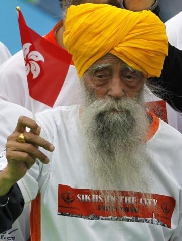A 101 éves Fauja Singh, a világ legidősebb maratoni futóversenyzője a hongkongi maraton 10 kilométeres versenyén 2013. február 24-én