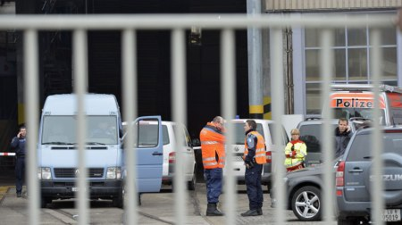 Rendőrök a svájci Menznauban található Kronospan fafeldolgozó üzem területén, miután egy ámokfutó két kollégáját lelőtte 2013. február 27-én