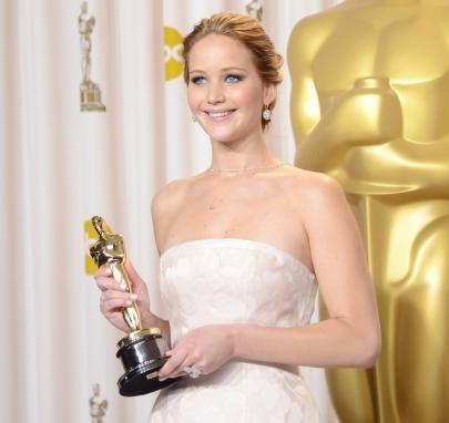 Jennifer Lawrence amerikai színésznő kezében a legjobb női főszereplőnek járó kitüntetéssel az Oscar-díjak 85. átadási ünnepségén Los Angelesben 2013. február 24-én