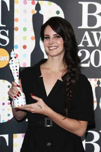 Lana Del Rey amerikai énekesnő elismerésével a BRIT-díjak kiosztó ünnepségén Londonban 2013. február 20-án
