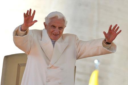 XVI. Benedek pápa köszönti a híveket utolsó általános audienciáján a vatikáni Szent Péter téren 2013. február 27-én