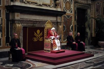XVI. Benedek pápa elbúcsúzik a bíborosoktól a vatikáni Kelemen-teremben 2013. február 28-án. (Forrás: L'Osservatore Romano/Getty)