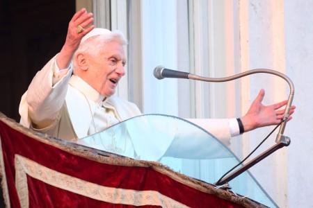 XVI. Benedek pápa elköszön a hívektől a Castel Gandolfó-i nyári pápai rezidenciájából 2013. február 28-án