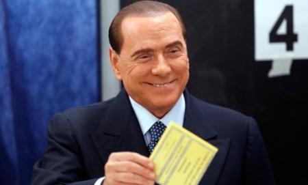 Silvio Berlusconi volt olasz miniszterelnök, a Szabadság Népe (PdL) párt elnöke leadja voksát az olasz parlamenti választásokon Milánóban 2013. február 24-én