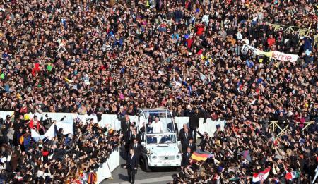 XVI. Benedek pápa érkezik utolsó általános audienciájára a vatikáni Szent Péter térre 2013. február 27-én