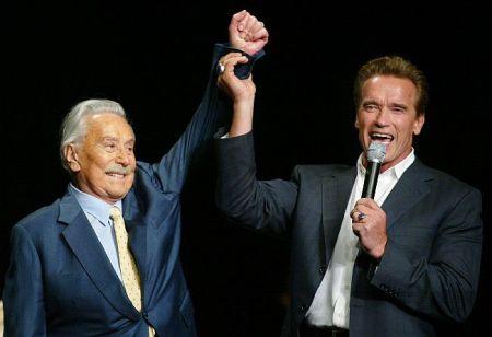 Joe Weider világhírű kanadai testépítő és Arnold Schwarzenegger amerikai akciósztár, kaliforniai kormányzó (A felvétel 2003-ban készült.)