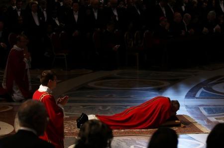 Ferenc pápa a földre borulva imádkozik az oltár előtt nagypénteki igeliturgiáján a vatikáni Szent Péter-bazilikában nagypénteken, 2013. március 29-én