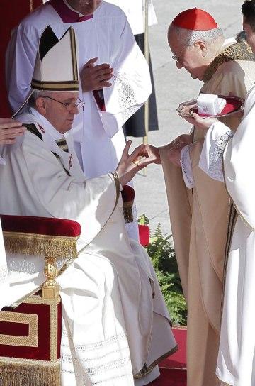 Az olasz Angelo Sodano bíboros, a bíborosi kollégium dékánja átnyújtja a halászgyűrűt  Ferenc pápának beiktatási miséjén a vatikáni Szent Péter téren 2013. március 19-én