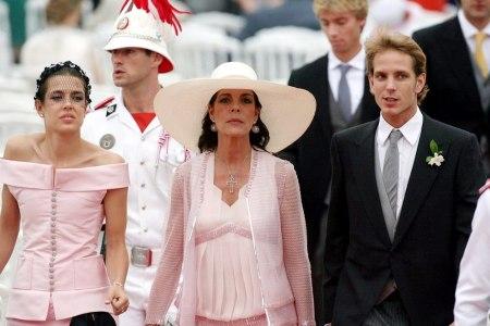 Caroline monacói hercegnő (középen) leánya, Charlotte és legidősebb fia, Andrea Casiraghi társaságában öccse, II. Albert herceg 2011-ben tartott esküvőjén