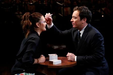 Drew Barrymore amerikai színésznő és Jimmy Fallon amerikai műsorvezető a Late Night with Jimmy Fallon című műsorban 2013. március 21-én