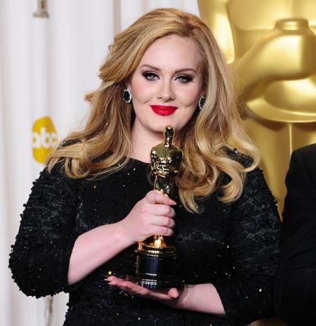 Adele brit énekesnő a legjobb betétdalért járó Oscar-díjjal Los Angelesben 2013. február 24-én