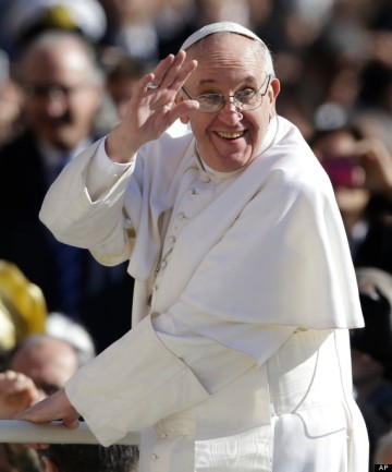 Ferenc pápa a beiktatási miséjére érkezik a vatikáni Szent Péter téren 2013. március 19-én