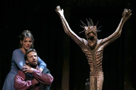 Jelenet az Új Színház Jézusfaragó ember című művéből