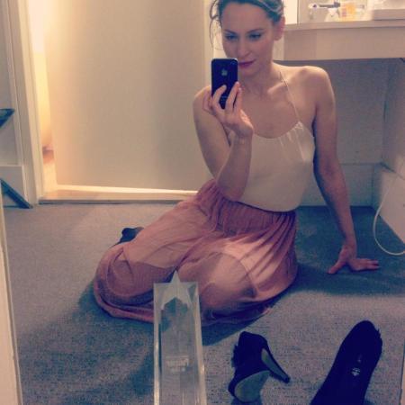 Hámori Gabriella magyar színésznő a belgiumi Liége Policier filmfesztivál legjobb színésznőnek járó elismerésével egy hotelszobában 2013. április 28-án (Fotó: Facebook/A vizsga)
