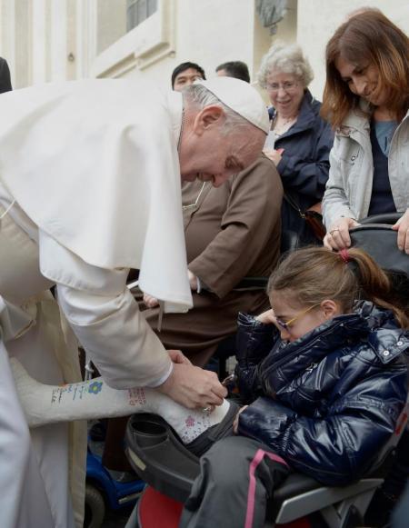 Törött lábú kislány gipszét írja alá Ferenc pápa heti általános audienciáján a vatikánvárosi Szent Péter téren 2013. április 3-án