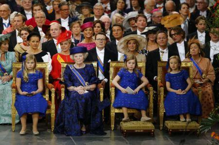 Beatrix lemondott holland királynő unokáival, Alexia, Katalin-Amália és Ariane hercegnőkkel fia, Vilmos Sándor holland királlyá történő beiktatási ünnepségén az amszterdami Nieuwe Kerk székesegyházba 2013. április 30-án